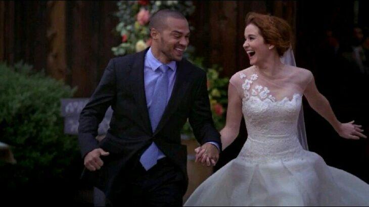Escena de 'Grey's Anatomy' en la que se ve a Jackson y April corriendo felices