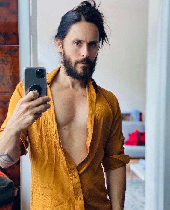 Jared Leto usando una camisa amarilla