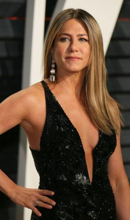 Jennifer Aniston usando vestido negro con escote