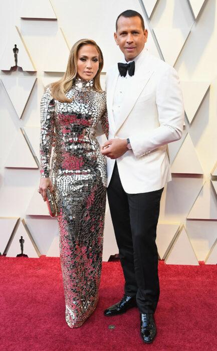 Jennifer Lopez y Alex rodriguez posando para una alfombra roja