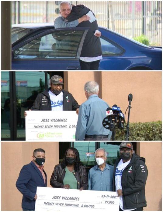 José Villarruel junto a un grupo de exalumnos recibiendo un cheque; Joven recauda 27 mil dólares para exmaestro que vivía en un auto tras quedar desempleado