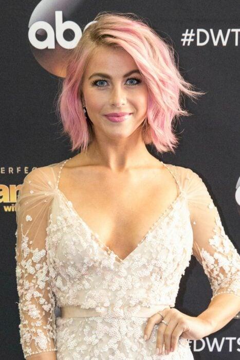 Jullianne Hough con el cabello rosa