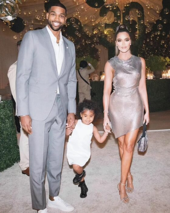 Khloe Kardashian junto a Triston Thompson y su hija True tomados de las manos