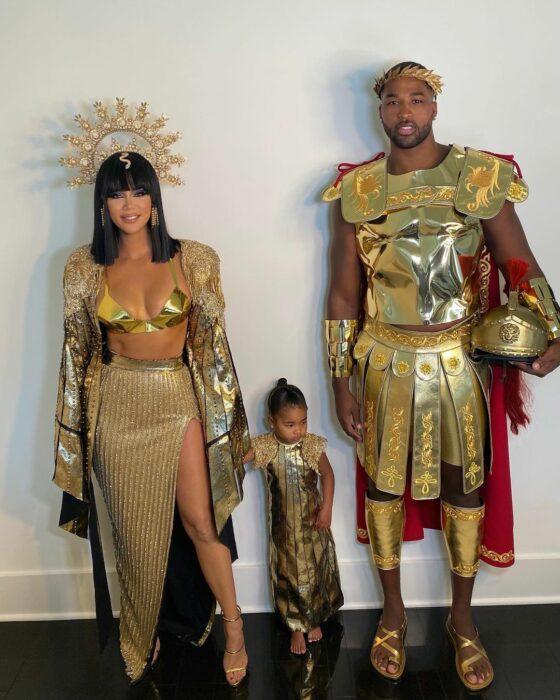 Khloe Kardashian junto a Triston Thompson y su hija True disfrazados el día de Halloween
