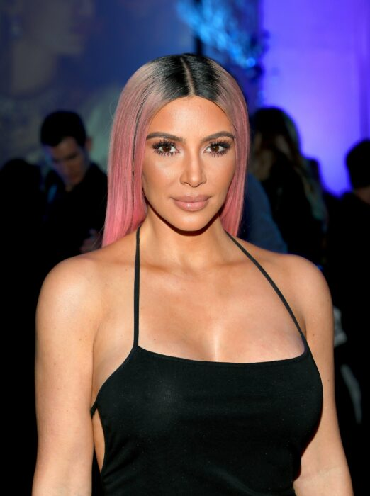 Kim Kardashian con el cabello rosa