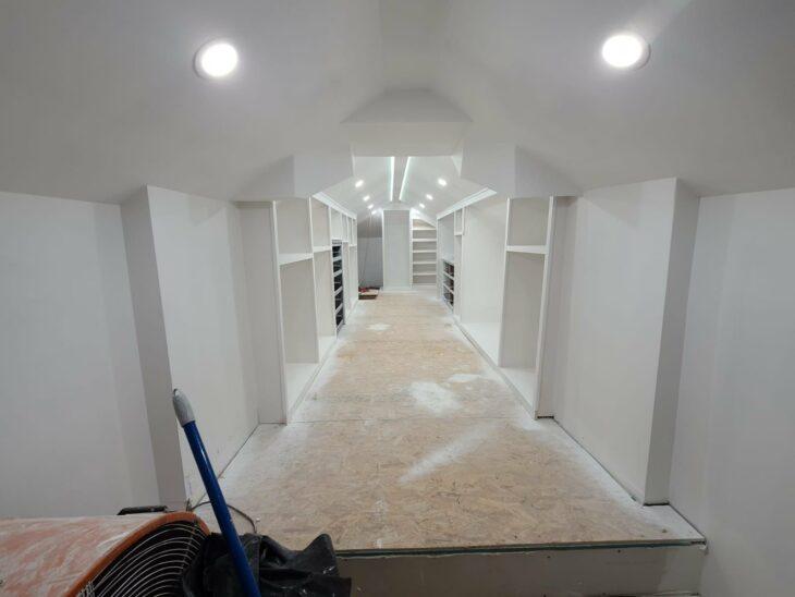 Ático de una casa remodelado como un armario de color blanco