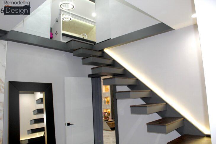 Escaleras de color gris que van directo a un ático transformado en armario