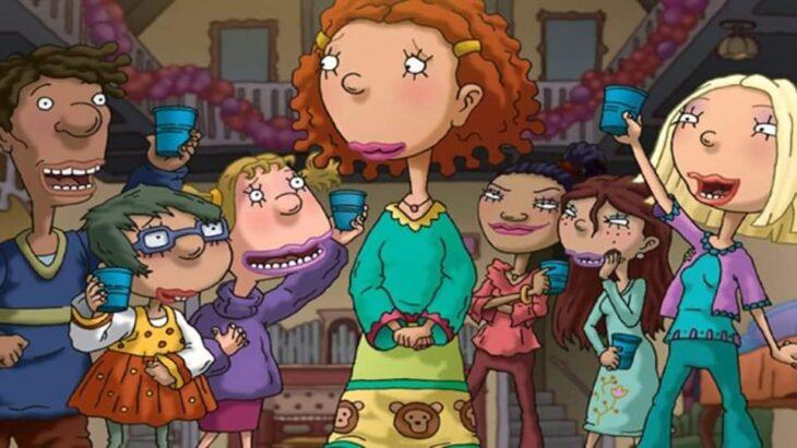 Escena del programa de Nickelodeon; Ginger paseando en el salón de clases