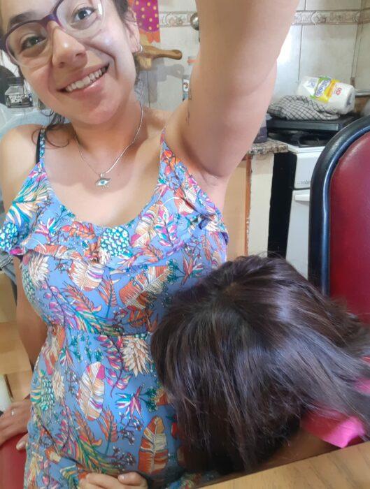 Maca embarazada y Luz besando su barriga