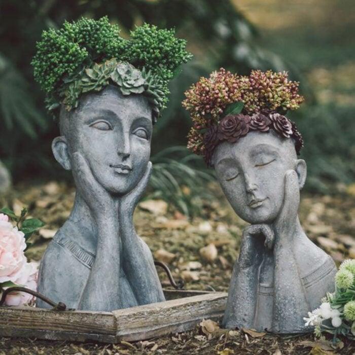 Macetas de busto de mujer con rostros definido en colores grises