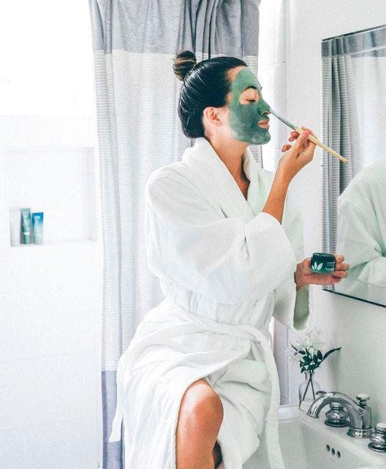 Chica frente al espejo aplicandose una mascarilla; Mascarillas con huevo para una piel bonit