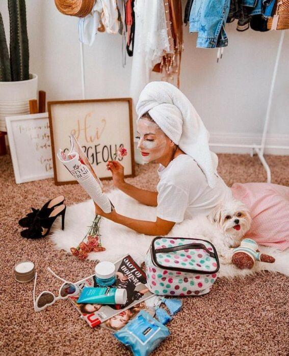 Chica leyendo una revista y llevando mascarilla; Mascarillas con huevo para una piel bonita