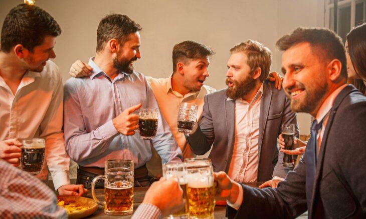 Grupo de amigos bebiedo