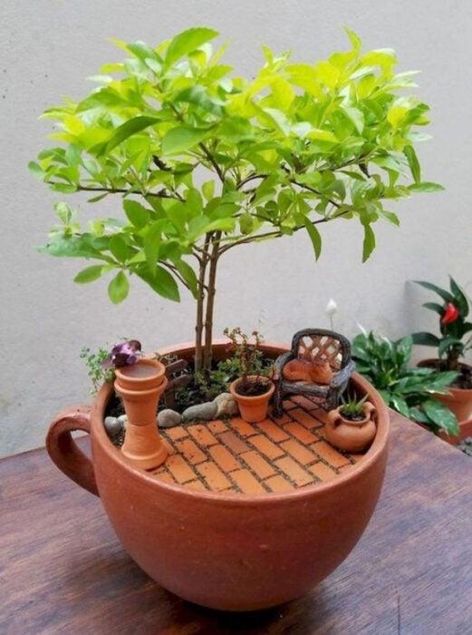 Mi jardín en taza de color ladrillo con una pequeña terraza en ella