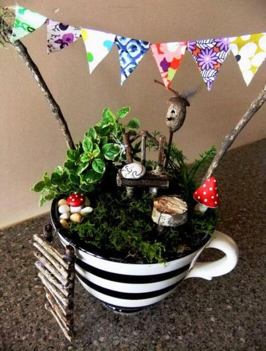 Mi jardín en taza con diseño de rayas de color negro y blanco con diferentes plantas y decoraciones de bosque