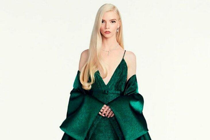 Anya Taylor-Joy usando un vestido de color verde durante los globos de oro 2021