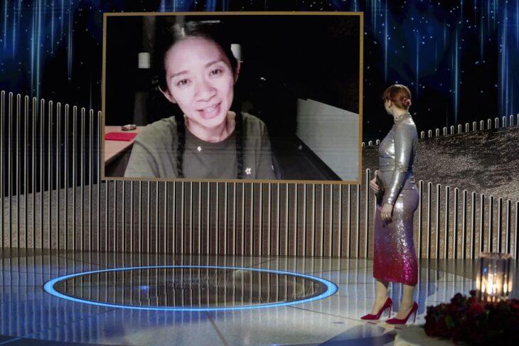 Chloe Zhao recibiendo su premio en los Globos de Oro 2021 a mejor directora