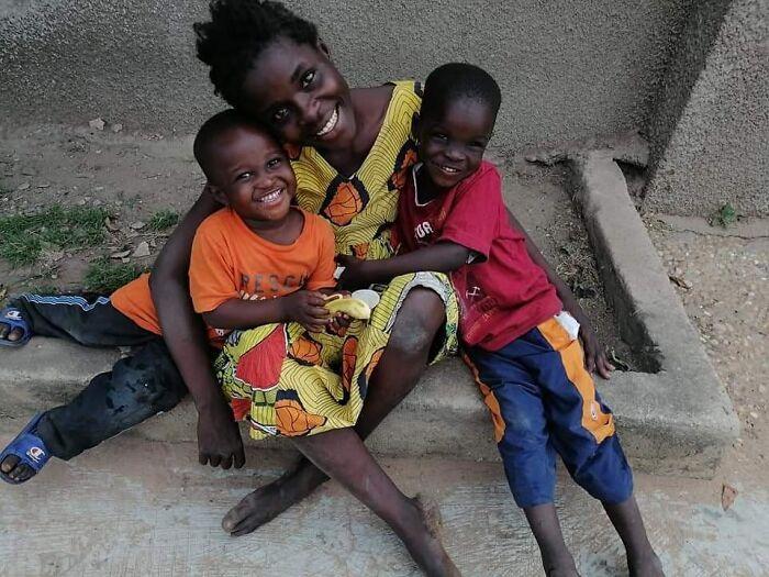 Mujer sin hogar abrazando a sus hijos