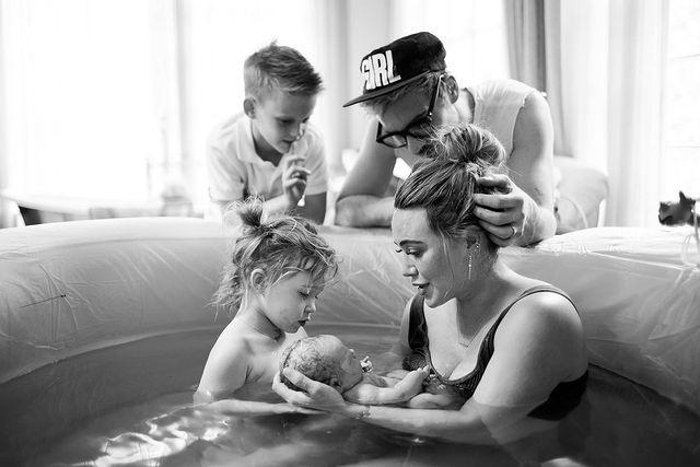 Hilary Duff le da la bienvenida a su tercer hija en un parto en el agua junto a su esposo y sus hijos