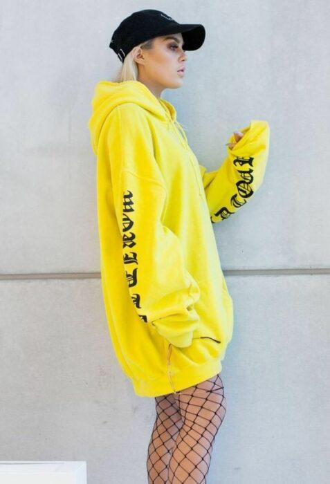 Chica usando sudadera ancha en color amarillo neón