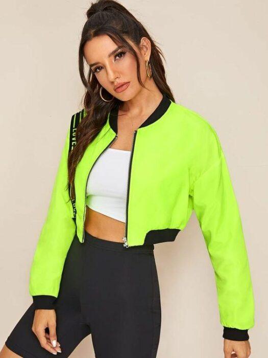 Chica usando bomber tipo crop top en color verde neón