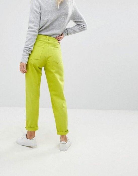 Chica usando mom jeans en color amarillo neón