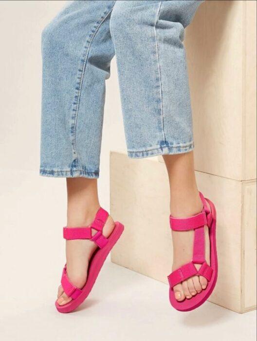 Sandalias de verano en color rosa neón