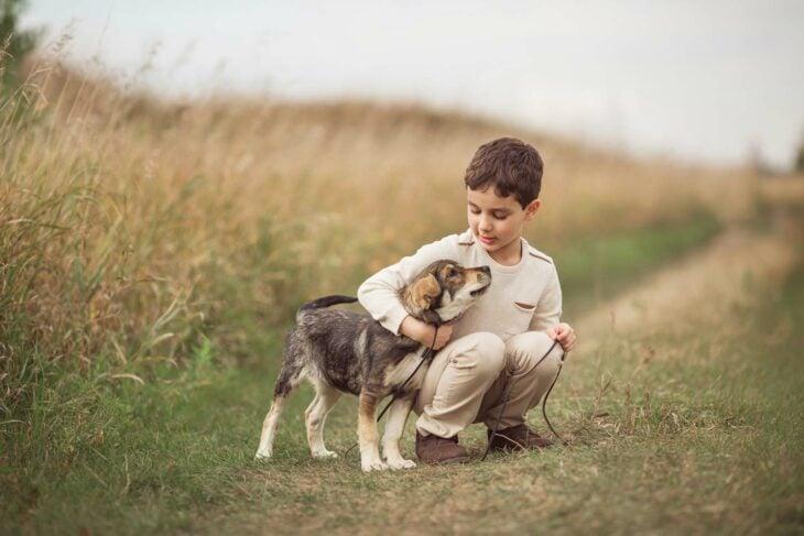 Niño junto a su perro en un paradero; Niño busca a su perro con dibujo porque no tiene fotos de é