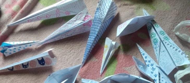 Aviones de papel hechos por un niño de 7 años