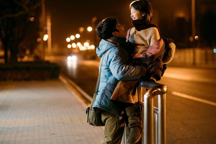 Boran Jing y Dongyu Zhou en la película Nosotros y ellos, paseando en una avenida