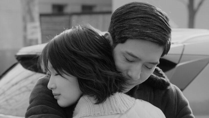 Boran Jing y Dongyu Zhou en la película Nosotros y ellos, abrazados