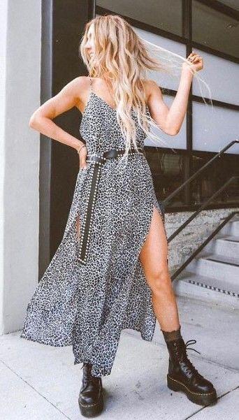 Chica usando un vestido de color gris con botas dr martens y cinturón negro