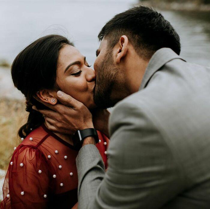 Pareja de novios besándose; Pareja se pide matrimonio uno al otro al mismo tiempo y todo queda en fotografías