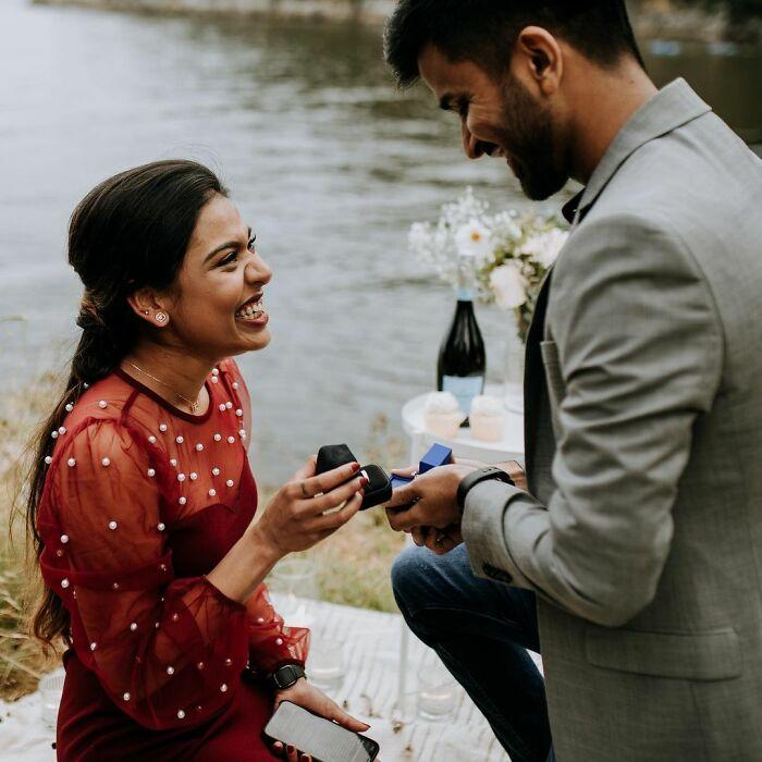 Hombre proponiéndole matrimonio a una mujer; Pareja se pide matrimonio uno al otro al mismo tiempo y todo queda en fotografías