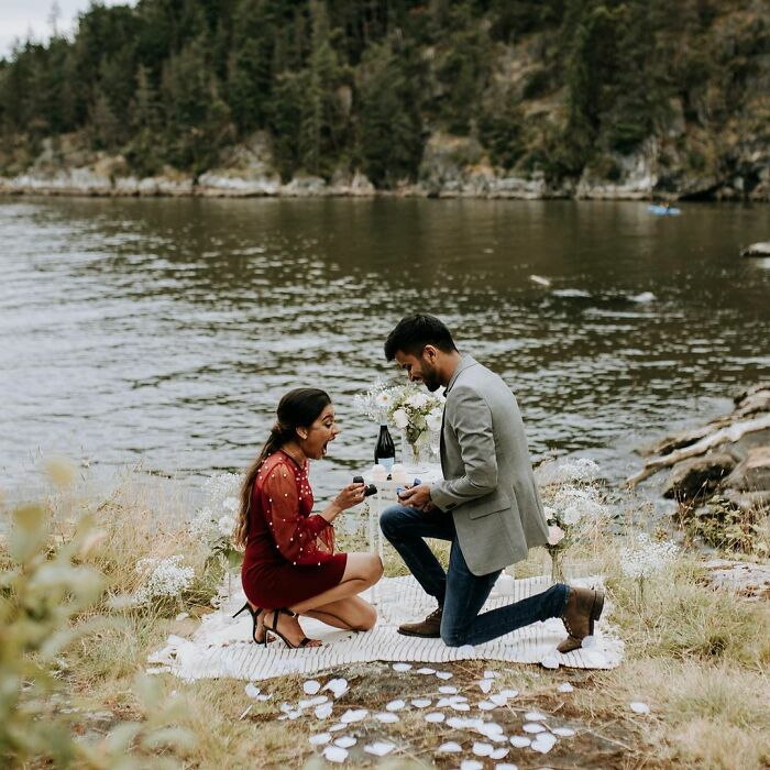 Chica proponiéndole matrimonio a su novio; Pareja se pide matrimonio uno al otro al mismo tiempo y todo queda en fotografías (4)