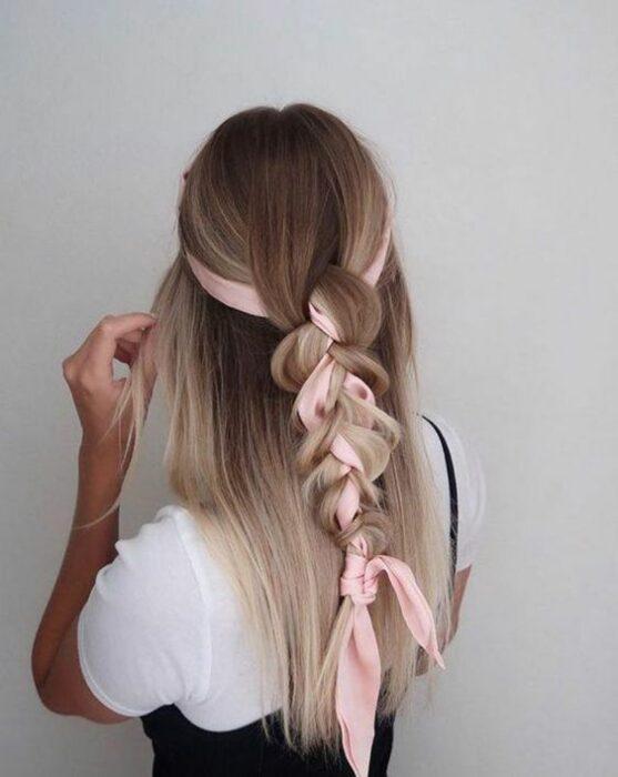 Chica peinada con trenza de media melena y pañuelo color rosa