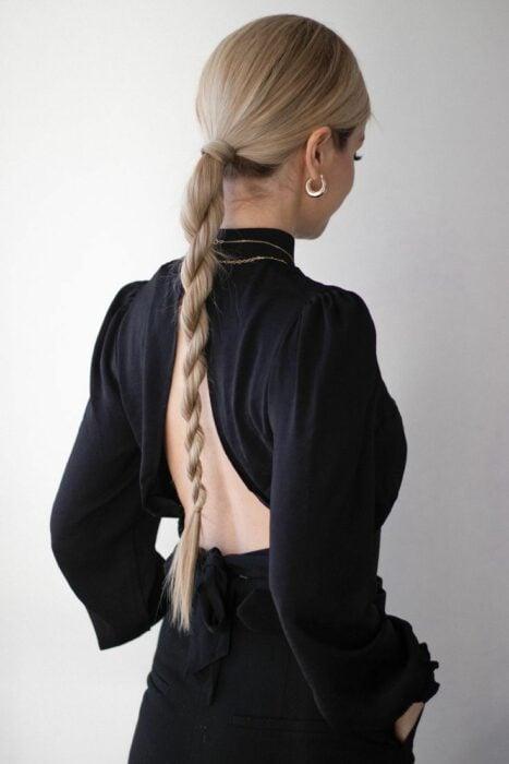 Chica con una coleta baja sujetada con varios twist