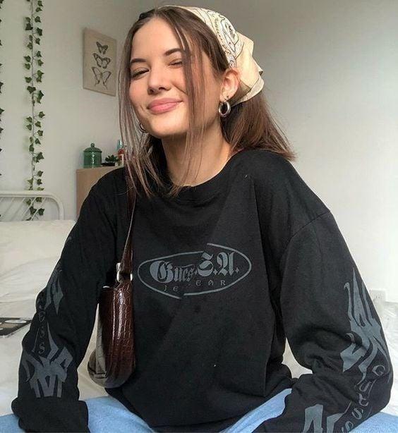 Chica usando paliacate con mechones al frente; Peinados de los 90 que están de regreso