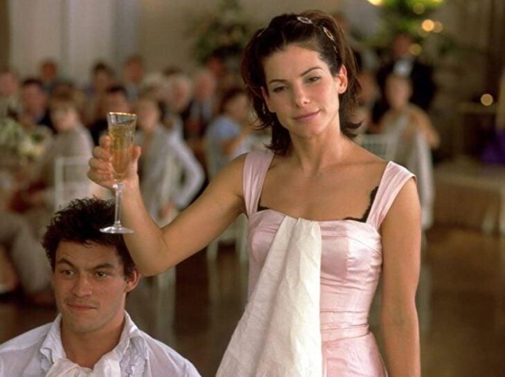 Sandra Bullock en la película 28 días brindando durante una boda