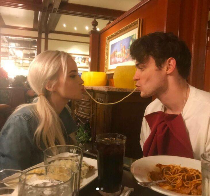 Pareja comiento spaguetti mientras están en una cita