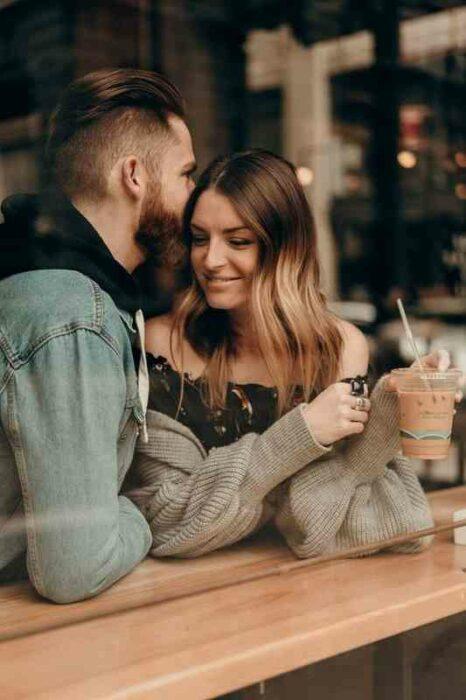 Pareja tomando un café mientras están conversando