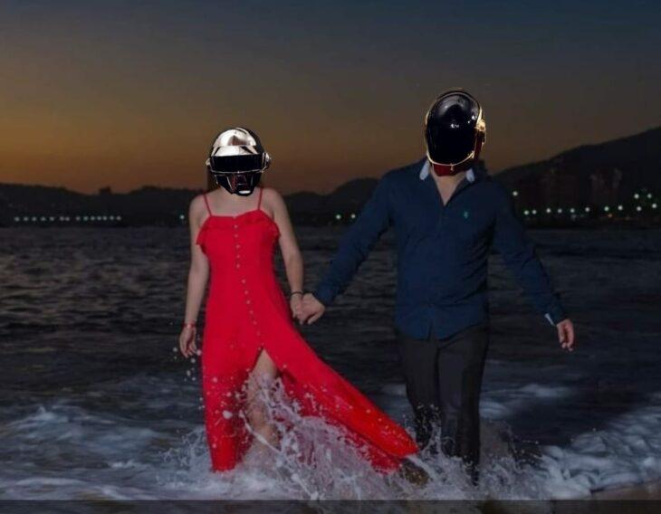 edición de daft punk en la foto de una pareja que camina por la playa