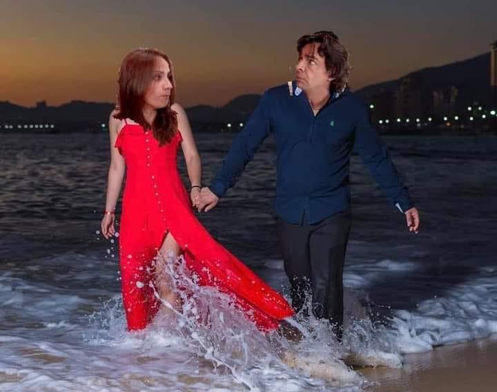 Edición de la familia peluche en la foto de una pareja que camina por la playa