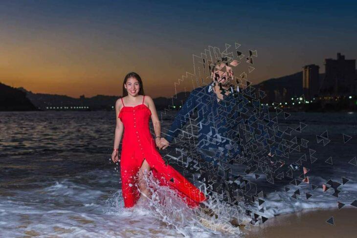 Edición de pixeles en la foto de una pareja que camina por la playa