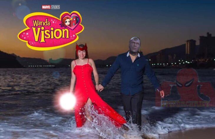 Edición con los personajes de wandavisión en la foto de una pareja que camina por la playa