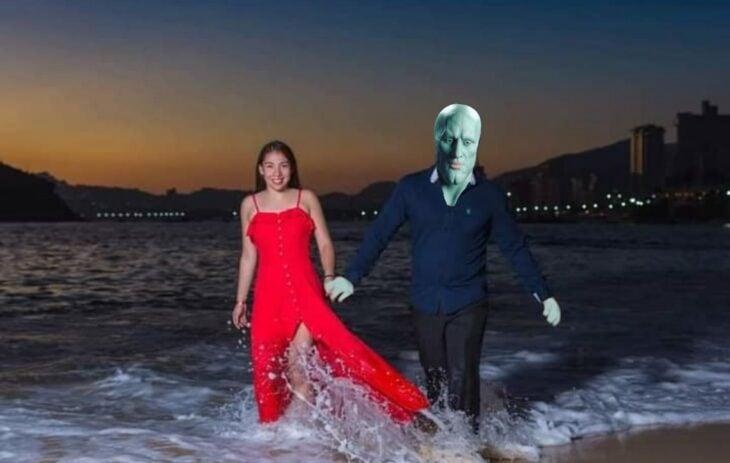 Edición de Calamardo guapo en la foto de una pareja que camina por la playa