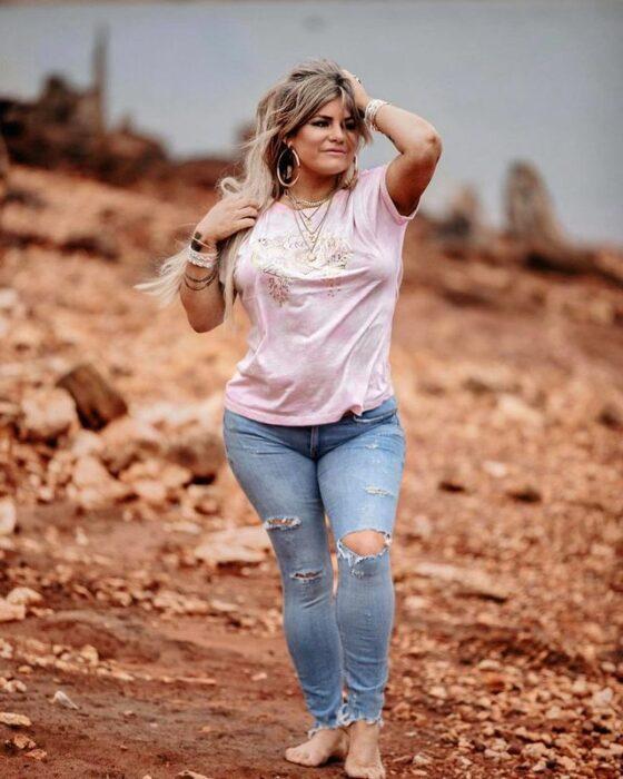 Mujer posando en el desierto sin zapatos; Pone horarios a sus hijos y después de las 730 de la noche ya no es su mamá