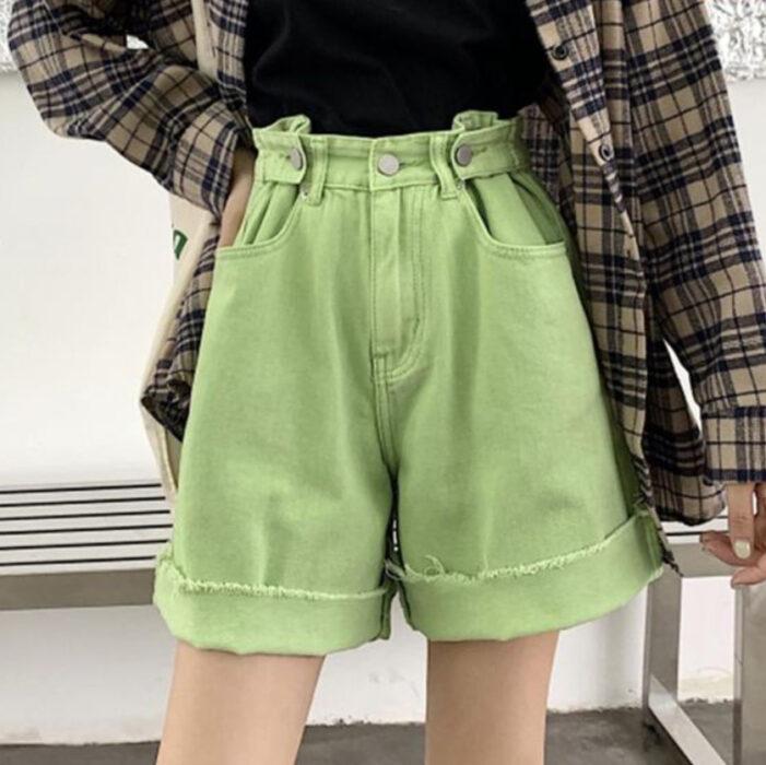 Chica usando short holgados color verde