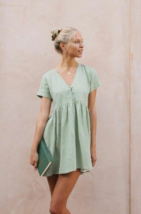 Chica usando vestido de verano color verde