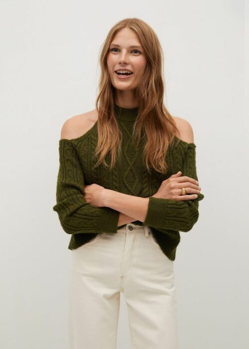 Chica usando pantalones blancos y blusa verde con aberturas en los hombros